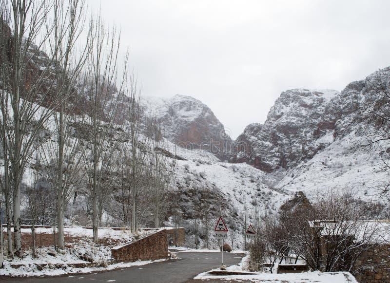 Góry pod śniegiem, krajobraz z czerwonymi skałami zdjęcie stock