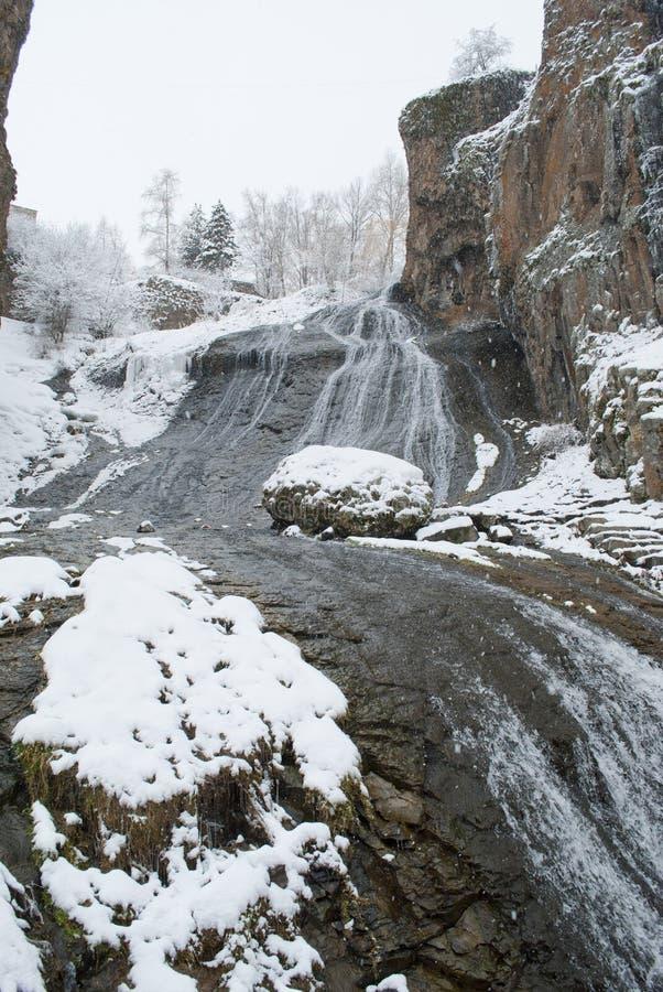 Góry pod śniegiem, siklawa, krajobraz z czerwonymi skałami obraz royalty free
