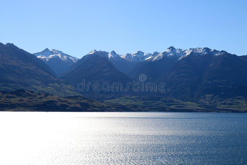 Góry przez Jeziornego Wanaka, Nowa Zelandia zdjęcia stock