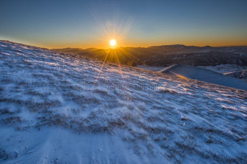Download Góry Przy Zmierzchem, Zima Z śniegiem, Sibillini Góry NP, U Zdjęcie Stock - Obraz złożonej z góra, zima: 53791614