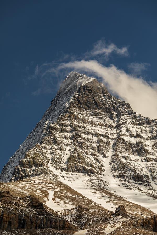 Góry Robson szczyt z śniegiem i chmurą obrazy stock