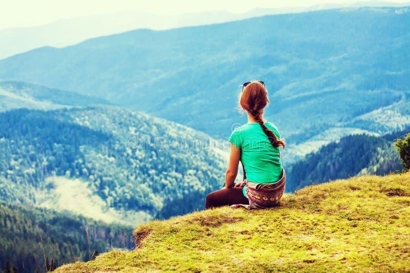 Góry w Europa Dziewczyna w górach Podróżować w górach Widoki górscy i krajobrazy, rośliny w górach, zdjęcia stock
