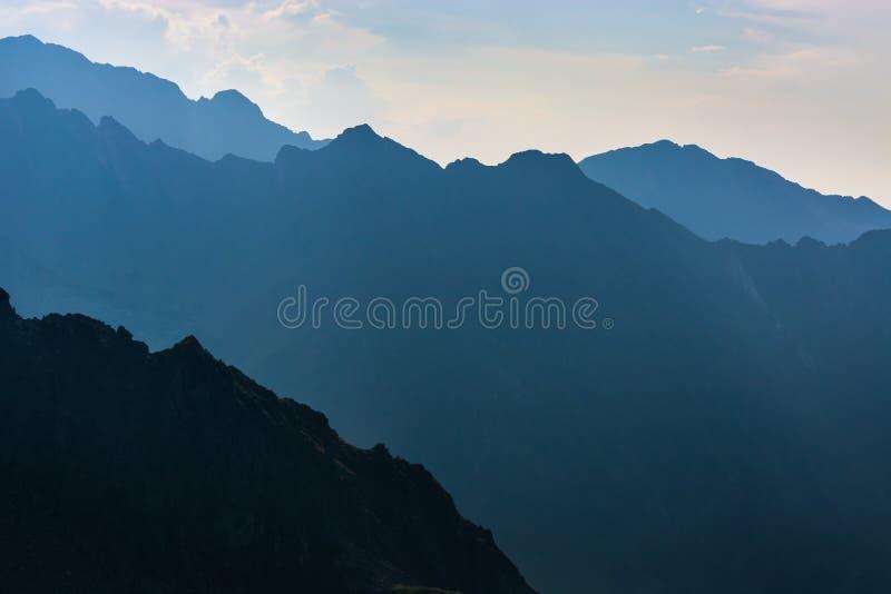 Góry w wieczór, ciemny zbocze góry z wieczór światłem fotografia royalty free