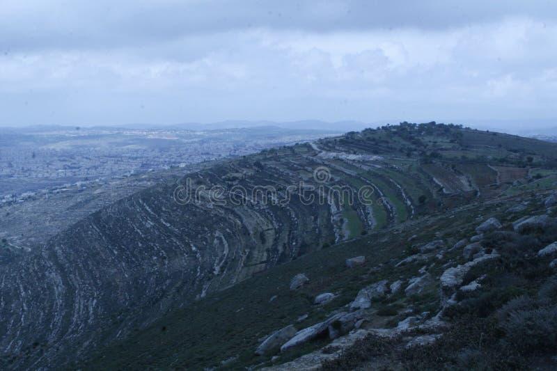 Góry wokoło ona zdjęcie stock