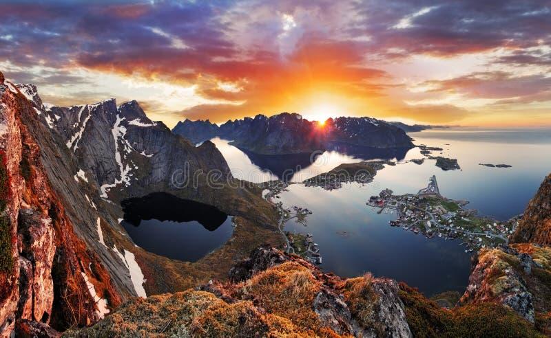 Góry wybrzeża krajobraz przy zmierzchem, Norwegia obraz royalty free