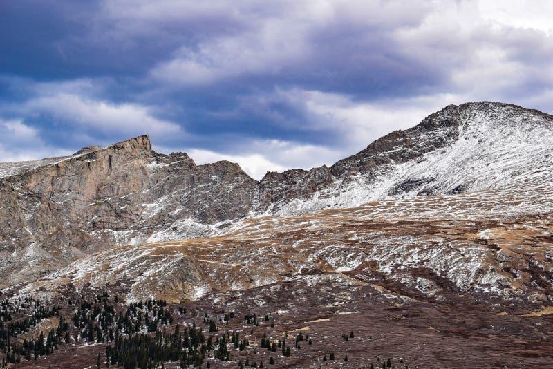 Góry z śniegiem troszkę zdjęcie stock