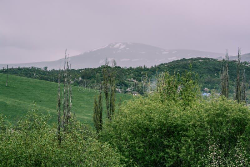 Góry z chmurami w wiośnie Natura «Tekeli « Alatau góry kazakhstan obrazy stock