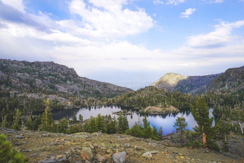 Góry z drzewami otacza mnie blisko Jeziornego Tahoe, CA z chmurnym niebem w tle obraz royalty free