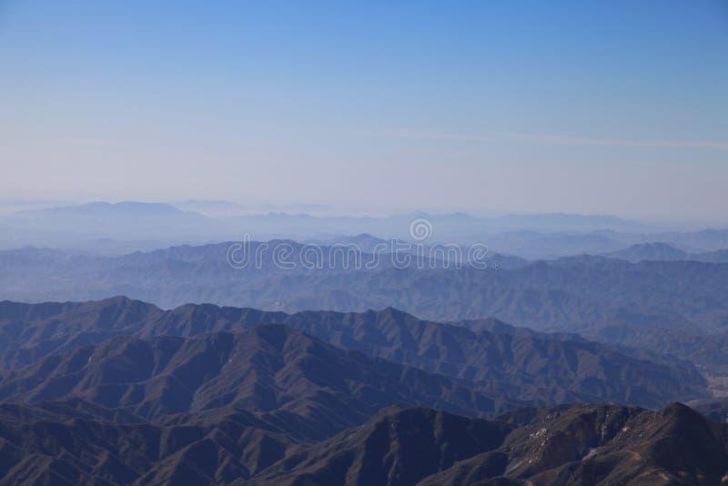 Góry z gór pod niebieskim niebem obraz royalty free