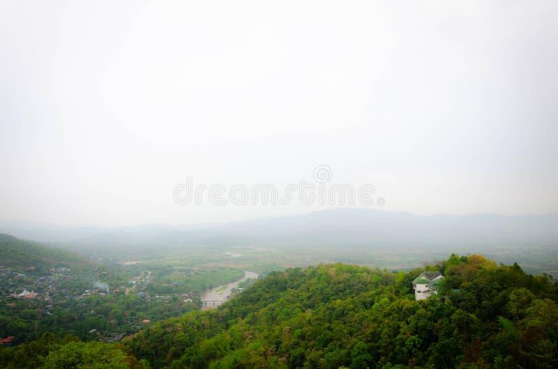 Góry z mgłą zaciemniają miasto below fotografia royalty free