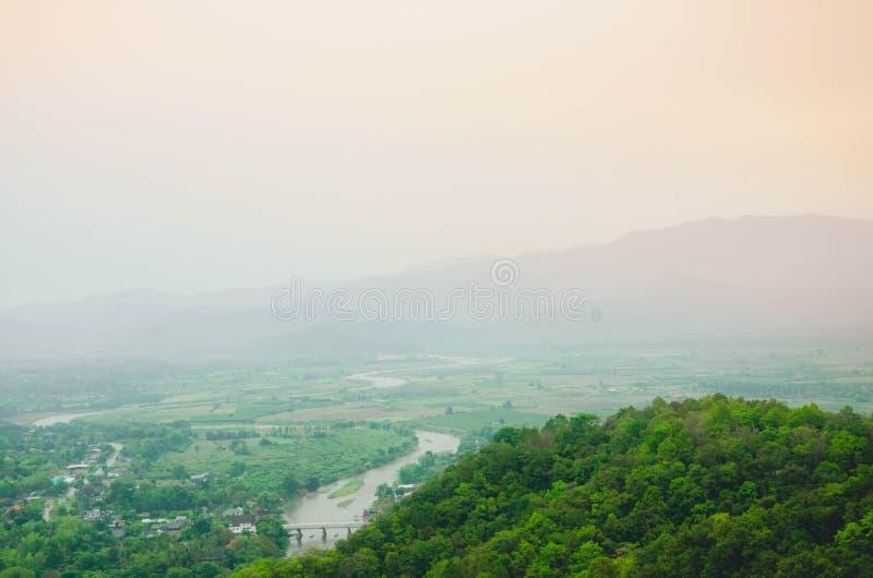 Góry z mgłą zaciemniają miasto below zdjęcia stock