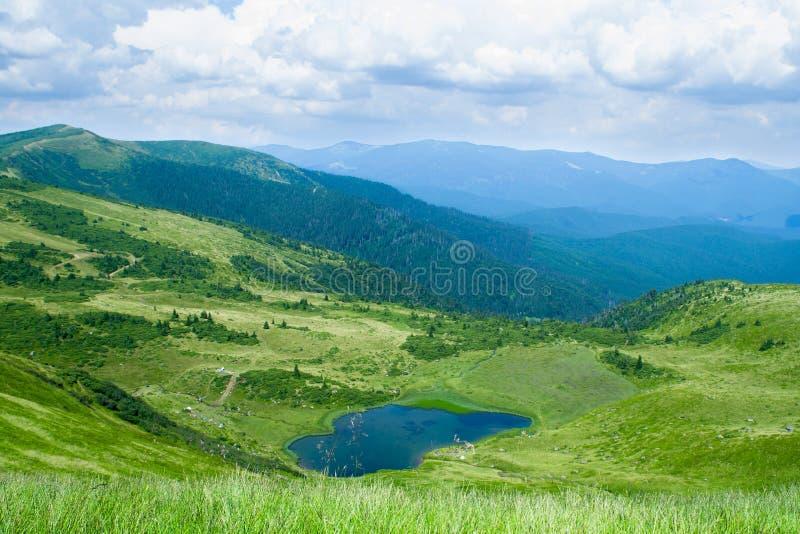 Góry z pięknym błękitnym jeziorem w lecie zdjęcie stock