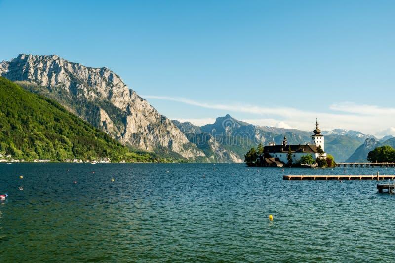 Góry za Schloss Ort, średniowieczny kasztel na Traunsee jeziorze, Salzkammergut, Austria obrazy royalty free