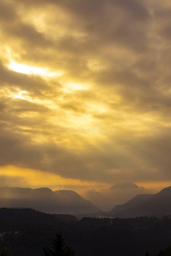 Góry zbliżają rzecznego Tagliamento, alt Adige, Włochy obrazy stock