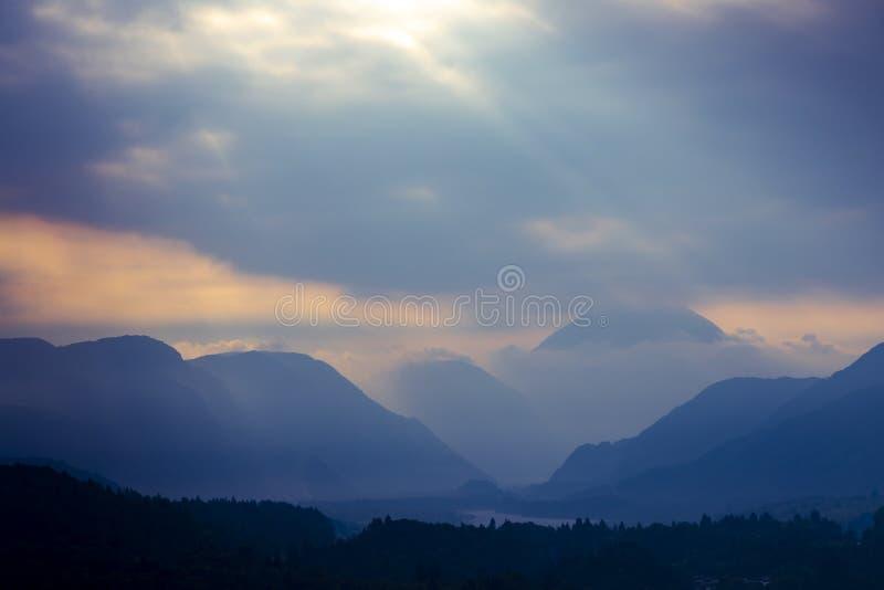 Góry zbliżają rzecznego Tagliamento, alt Adige, Włochy zdjęcia royalty free