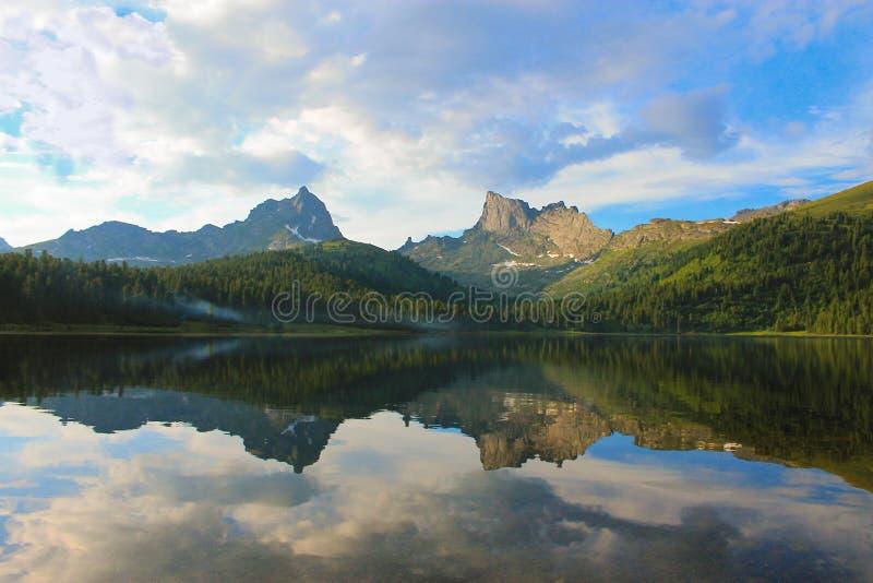 Górzysty jezioro zdjęcia stock