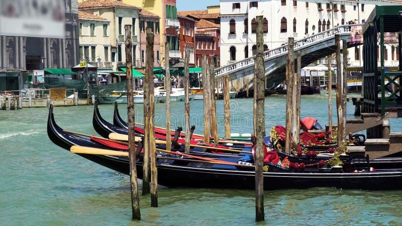 Gôndola bonitas entradas no canal de Veneza, transporte da água, excursão sightseeing fotografia de stock royalty free