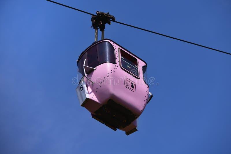 Gôndola cor-de-rosa do teleférico, etiquetada com 'o gatinho doce 'e decorada com gatos e patas do gato fotos de stock royalty free