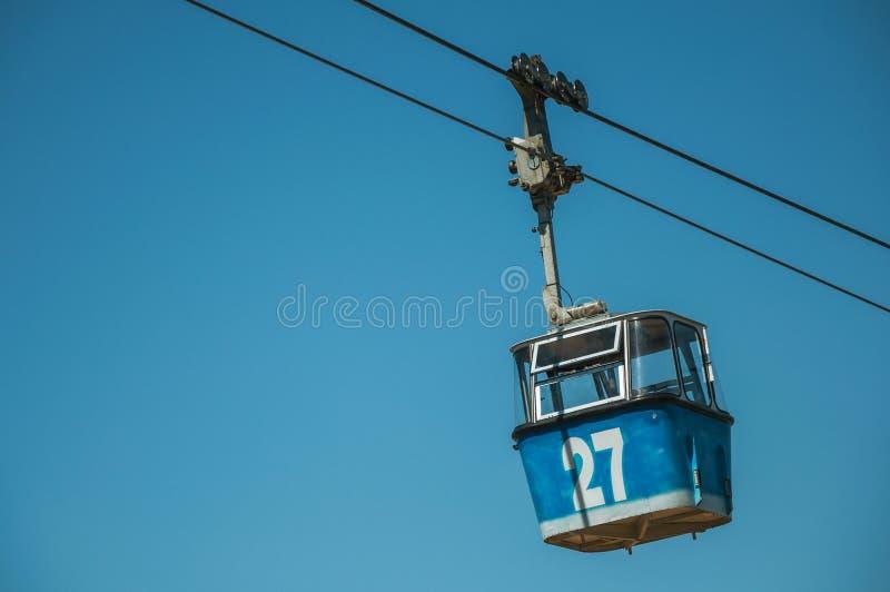 Gôndola do teleférico que passa através do céu azul claro no Madri imagem de stock royalty free