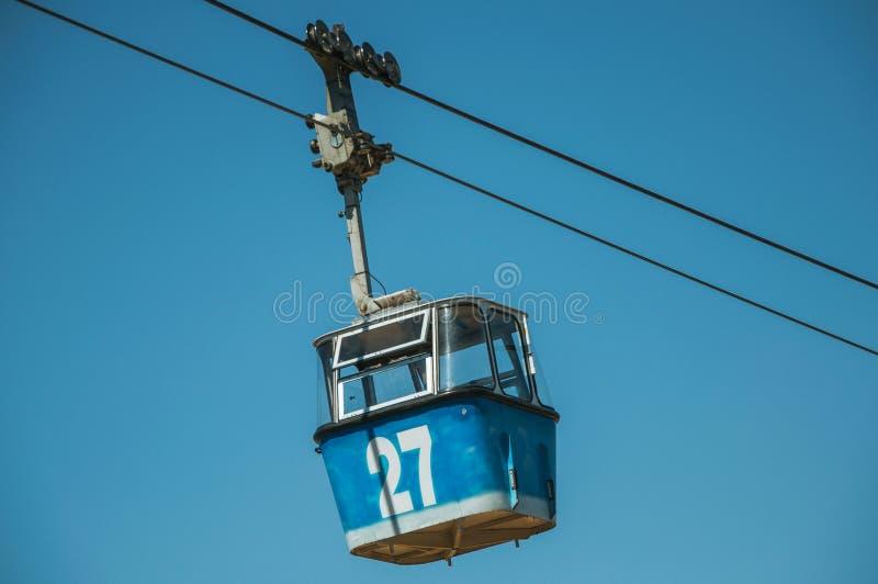 Gôndola do teleférico que passa através do céu azul claro no Madri imagem de stock