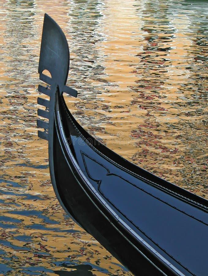 Gôndola em reflexões douradas fotografia de stock royalty free