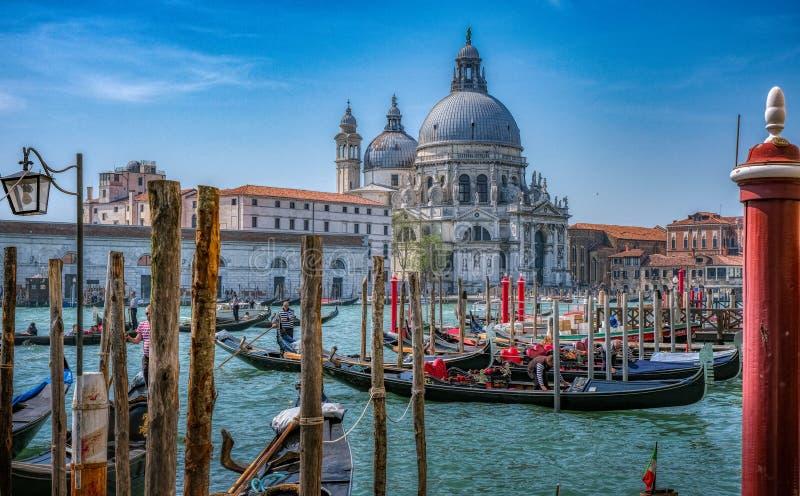 Gôndola em Veneza com di Santa Maria della Salute da basílica imagens de stock