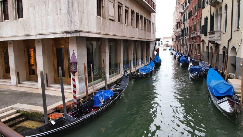 Gôndola estacionadas no canal de Venezia eatly na manhã fotografia de stock