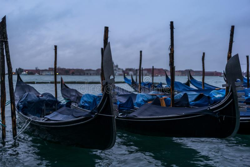 Gôndola na manhã em Veneza antes da chegada do turista fotografia de stock royalty free