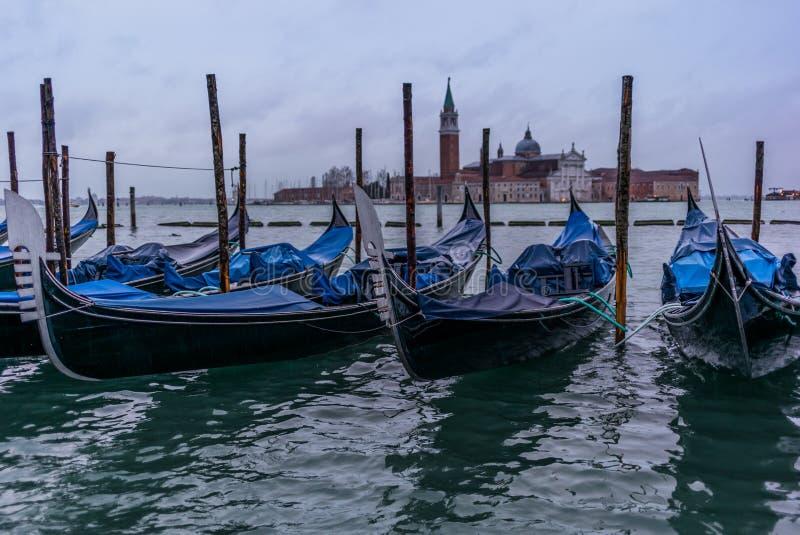 Gôndola na manhã em Veneza antes da chegada do turista imagem de stock royalty free