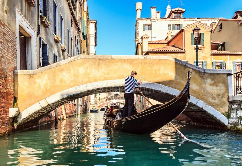 Gôndola no canal em Veneza, Italy fotografia de stock