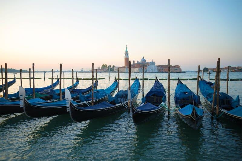 Gôndola Venetian no fundo da catedral de San Giorgio Maggiore no amanhecer Veneza, Italy imagens de stock