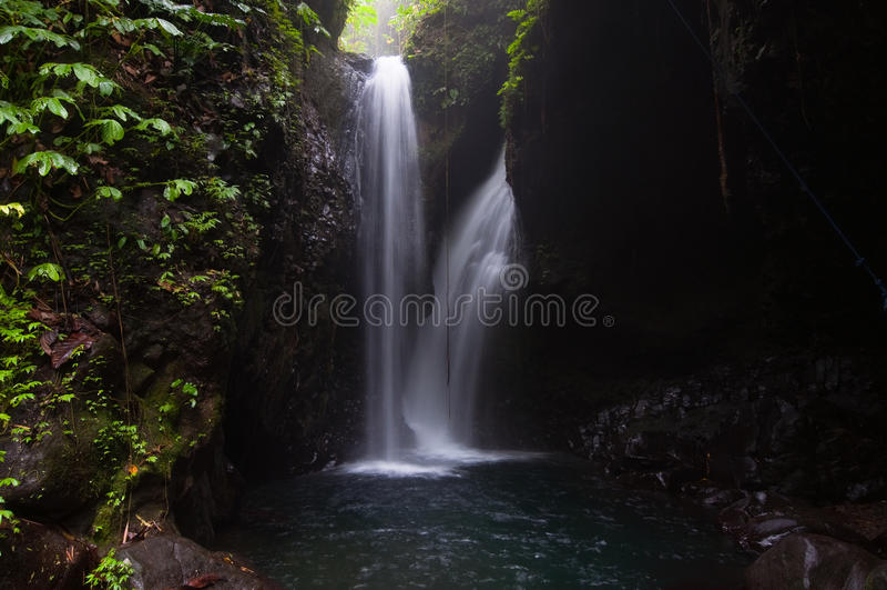 gömd vattenfall arkivfoton