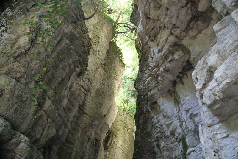 Gömd vit stenig klyfta i dalen arkivbild