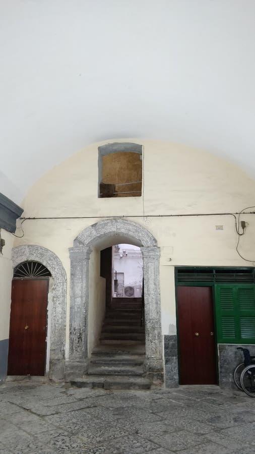 Gömda dörrar och ingångar till de gemensamma husen av folket av Napoli royaltyfri foto