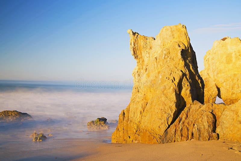 Gömda havsgrottor av kalksteninsättningar på El-matador Beach royaltyfri foto