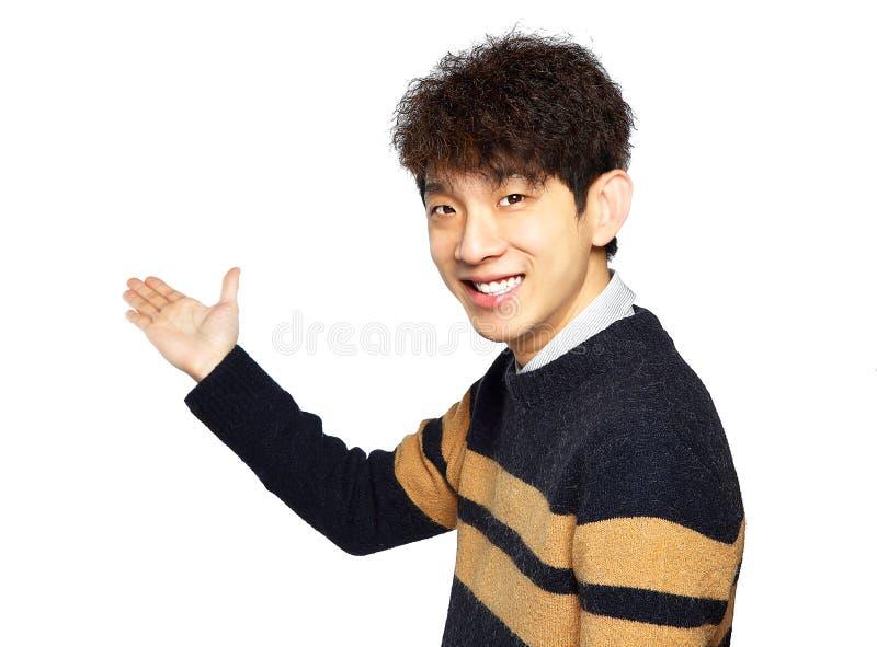 Gömma i handflatan öppna tomma för asiatisk ung för affärsman show för håll royaltyfria bilder