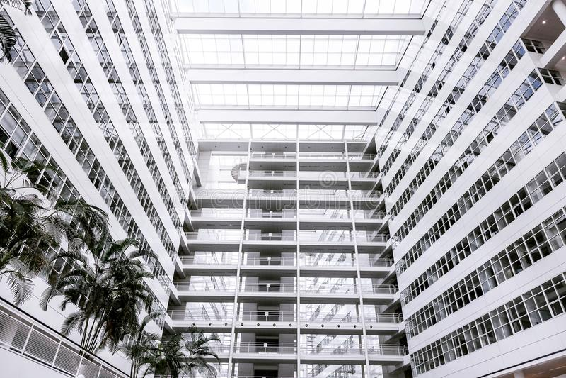 Gömma i handflatan blå himmel för stor vit kontorsbyggnad många konstruktion tekniskt avancerade Den Haag Hague inom inom inomhus royaltyfri fotografi