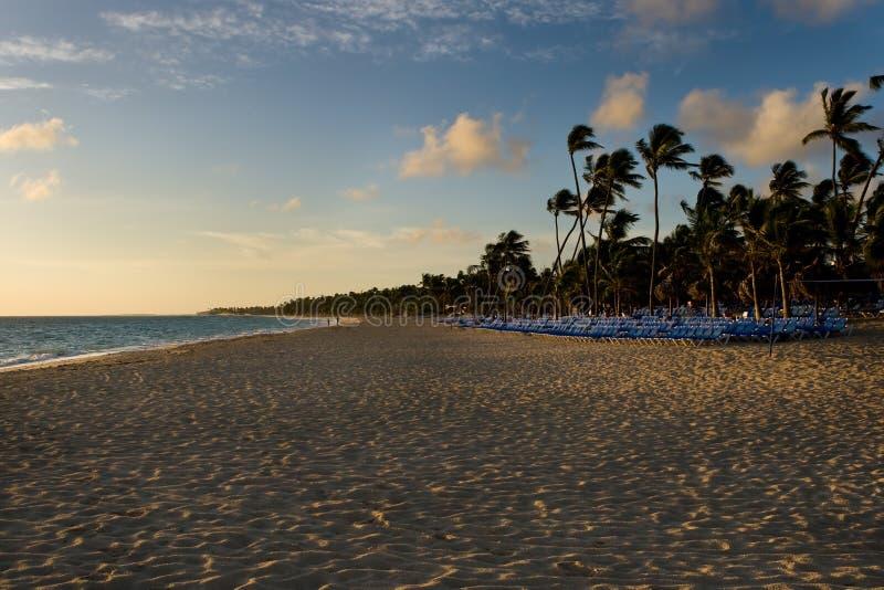 gömma i handflatan blåa vardagsrumar för strand sunen fotografering för bildbyråer
