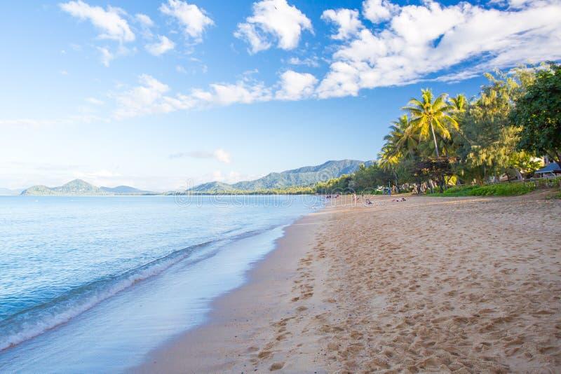 Gömma i handflatan den Beachfront lilla viken royaltyfri foto