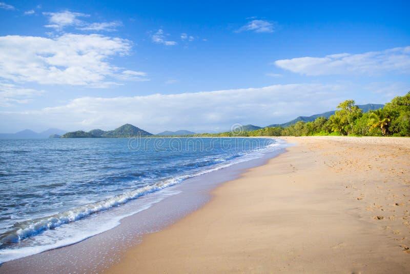 Gömma i handflatan den Beachfront lilla viken fotografering för bildbyråer