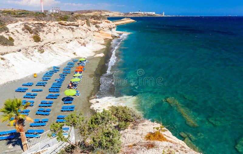 Gömma i handflatan havet, och en härlig strand nära regulatorer sätter på land, Cypern arkivbilder