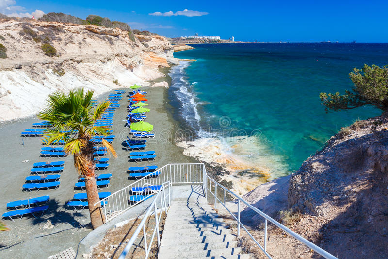 Gömma i handflatan havet, och en härlig strand nära regulatorer sätter på land, Cypern royaltyfria foton