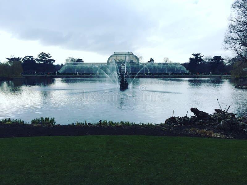 Gömma i handflatan huset på Kew trädgårdar i London royaltyfri fotografi