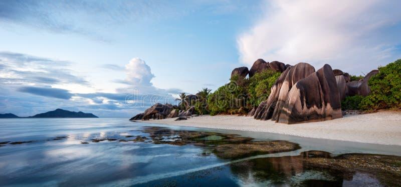 Gömma i handflatan och tropisk havsstrandpanorama Argent Anse källa D ', LaDigue ö, Seychellerna royaltyfri foto