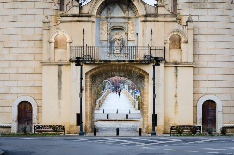 Gömma i handflatan porten och gömma i handflatan bron i Badajoz, Extremadura, Spanien royaltyfri fotografi