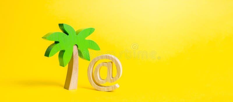 Gömma i handflatan statyetten och symbolet av internet eller emailen Avlägset arbete, deltids- jobb Lägga ut service Arbete under arkivbild