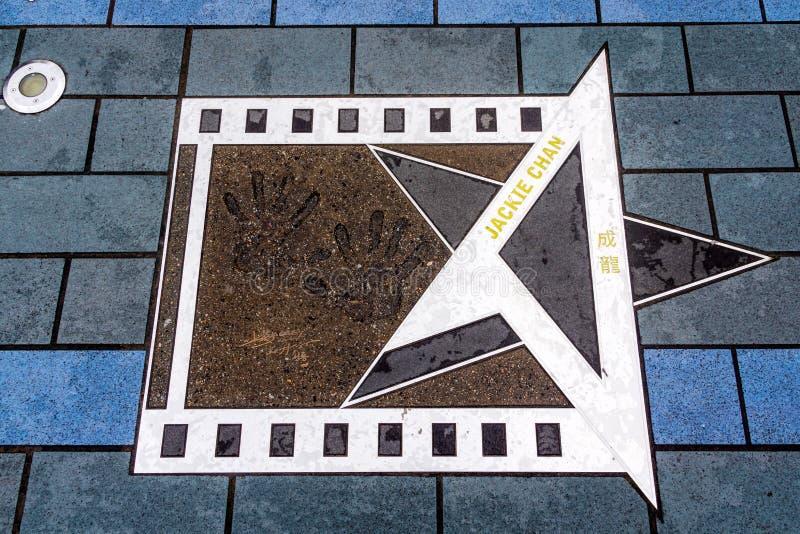 Gömma i handflatan trycket av Jackie Chan på avenyn av stjärnor, Hong Kong royaltyfri bild