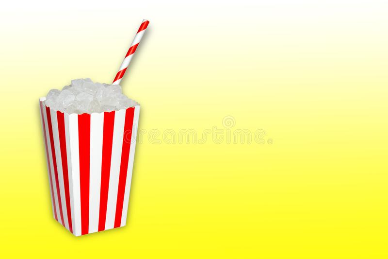 Gömt socker i mat och läsk, drycker, en popcornask mycket av cristal kuber för socker med ett sugrör på gul lutning arkivfoton