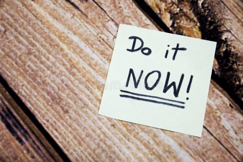 Gör det nu det begreppsmässiga handskrivna meddelandet på vitboken Handskrivna meddelanden för affärsidé Motivational och positiv arkivbild