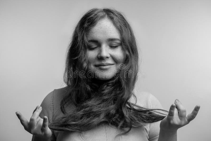 Gör en gest kvinnliga innehavhänder för härlig lugna rödhårig man i mudra arkivbilder